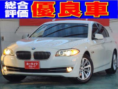 BMW523i  ハイライン   ✨💐4周年イベント対象車両💐✨ 🌸210万➡175万🌸   ☆総合評価優良車☆ 車検2年付 大人に人気の5シリーズ👍<br> 3シリーズよりも大きめだけどナビもバックモニターも標準装備👌  技術の粋を集めたダウンサイジングターボだから、速いし🚀アイドリングストップするので燃費良い😆  しかも ウッド調パネルや本革が大人の世界を演出してくれる、ハイラインは、 だれもが憧れる一台です🌟