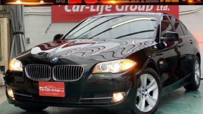 BMW 528i ハイライン 7シリーズに迫るボディーサイズに、高出力&低燃費のダウンサイジングターボを搭載❗  経済的かつ走りも楽しめる最高の車が入庫しました👍  ゆったりとした内装はウッド調パネル&黒革レザーシートでラグジュアリー感満載😊  ワイド&ロー、ダイナミックで流れるボディーラインにうっとりする美しい一台です🤤