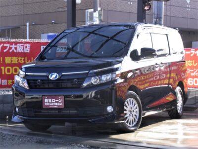VOXY ヴォクシー ハイブリッド V ~7人乗りType~ 大阪店待望の80系ヴォクシーハイブリッド入荷❗❗ クラス初の本格ハイブリッドシステムで圧倒的な低燃費(カタログ燃費23.8km/L)🍃 走行中フルセグTV・DVD視聴可能🎵🎶 Bluetoothオーディオでスマホからミュージック再生可能✨ 大画面フリップダウンモニター💠 クルーズコントロールやシートヒーターで快適に走行可能💺 キャプテンシート&ウォークスルーで広く室内を使用できます✨ 更にWエアコンで後席の乗り心地も抜群🔥 《1年保証付》
