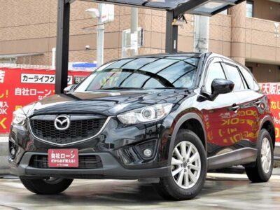 CX-5 XD 4WD 【アイドリングストップ付きクリーンディーゼルSUV】 燃料がディーゼルなので燃料代が非常に安く抑えられます✨ 装備も超豪華です💎 carrozzeriaサイバーナビで走行中フルセグTV・DVD視聴可能📺 Bluetoothオーディオも付いております🎵🎶 ステアリングスイッチで走行しながらナビ操作可能📱 クルーズコントロールで長距離のドライブでも楽々です🌏 バックカメラで駐車も安心📸 スマートキー&プッシュスタートで乗り込みから始動までスムーズです🔑 トランクルームも広々と使えるのでレジャーでも大活躍間違いなし⛺ 早い者勝ちとなります💣 《1年保証付》