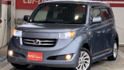 bB ZQバージョン 「音・光・まったり」がテーマのトヨタbBが入庫致しました! ☆純正で9個ものスピーカーと、光る内装、まったりモード付フロントシートで、最高のくつろぎ空間に☆ 音楽を聴きながらのドライブもおススメです! ETCやLEDヘッドライトなどの装備も付いています♪ 納車時新品タイヤ♪ 総合評価優良車♪
