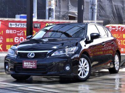 LEXUS レクサス CT 200h バージョンC 【🆕大阪店初入荷🆕】 レクサスブランドのハイブリッドハッチバックがついに大阪店に入荷いたしました✨ 高級車ならではのアルカンターラシートで乗り心地抜群💎 カタログ燃費34.0km/Lを記録する低燃費⛽ パドルシフトやクルーズコントロールで利便性も良く、低重心設計なのでフラつきにくい🏁 バックカメラ付きなので初心者の方でも楽々運転可能📸 維持費を抑えられてレクサスに乗れちゃいます😎 《1年保証付》